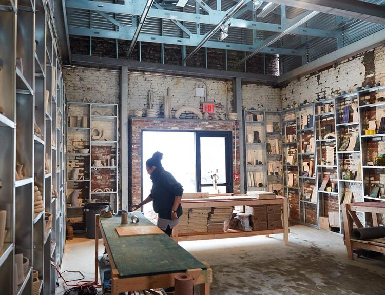 Un taller dentro de la fábrica permitirá que se produzcan azulejos de arcilla para la fachada de la fábrica. Imagen Cortesía de Sam Nixon