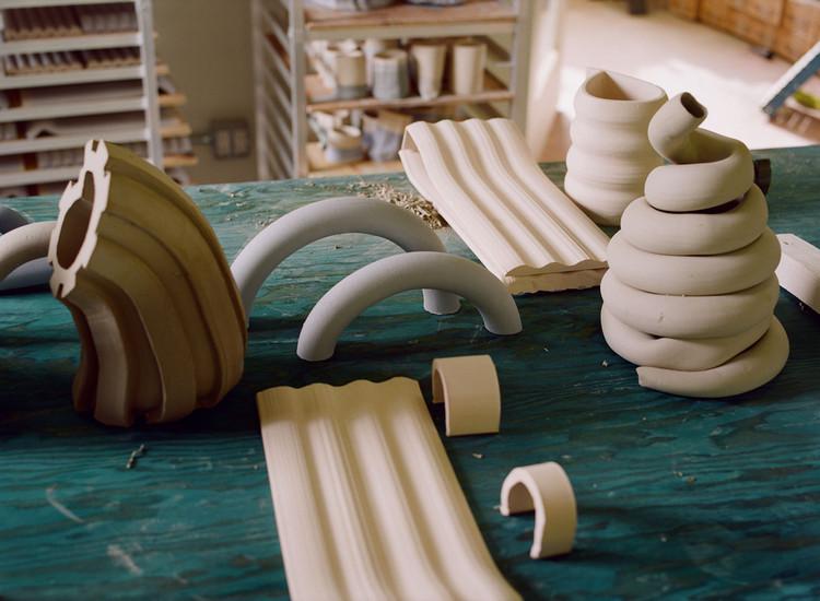 Una variedad de objetos se pueden producir en la fábrica para mejorar el patio de A/D/O. Imagen Cortesía de Sam Nixon