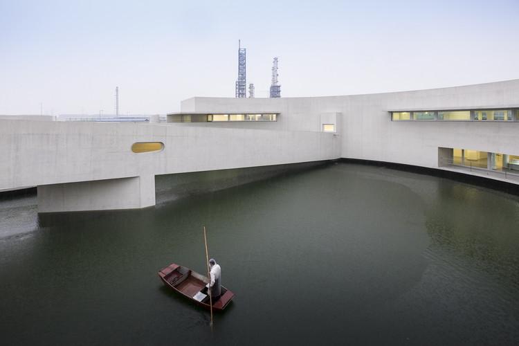 Edifício sobre a Água / Álvaro Siza + Carlos Castanheira. Vencedor da categoria Escritórios 2015. Image © Fernando Guerra | FG+SG