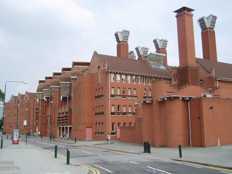 The Queen's Building at Leicester's De Montfort University is fully naturally lit and ventilated © Flickr user stevecadman. Licensed under CC BY-SA 2.0