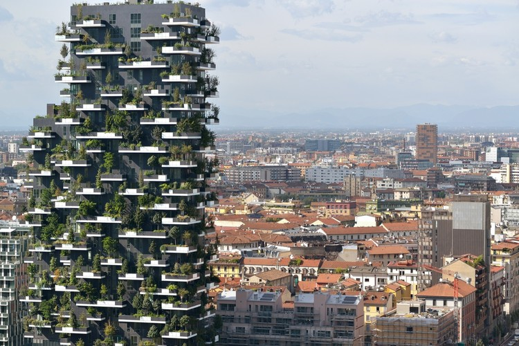 Professor Short argues that skyscraper design must depart from its current reliance on glass and steel, and begin to harness natural ventilation. Boeri Studio's Bosco Verticale. Image Courtesy of Paolo Rosselli