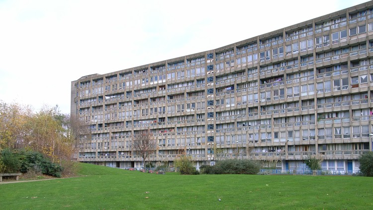 Robin Hood Gardens by Alison and Peter Smithson. Image © <a href='https://www.flickr.com/photos/stevecadman/3057511631/'>Flickr user stevecadman</a> licensed under <a href='https://creativecommons.org/licenses/by-sa/2.0/'>CC BY-SA 2.0</a>