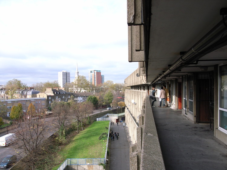 """Streets in the sky"" at Robin Hood Gardens by Alison and Peter Smithson. Image © <a href='https://www.flickr.com/photos/stevecadman/3058342144/'>Flickr user stevecadman</a> licensed under <a href='https://creativecommons.org/licenses/by-sa/2.0/'>CC BY-SA 2.0</a>"