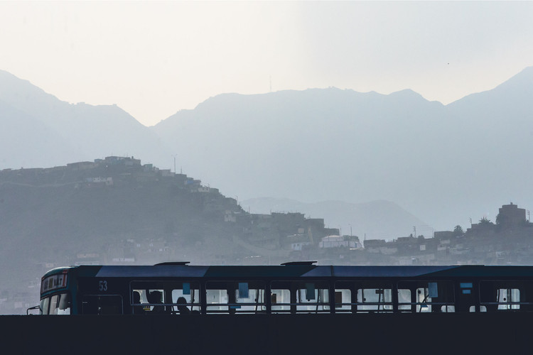"""""""Mañana Limeña"""" - Viviendas precarias en los cerros de Lima y transporte público deficiente, 2016. Image © Eleazar Cuadros"""