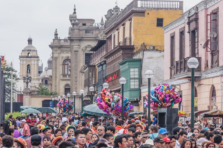 """""""Yuxtaposición Limeña"""" - Alameda Chabuca Granda, Centro de Lima: Ciudad y patrimonio vivo, 2015. Image © Eleazar Cuadros"""