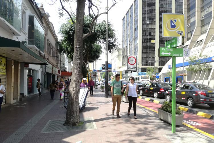 Avenida Larco en Miraflores (Lima), densidad, usos mixtos y diferentes modos de movilidad, 2017. Image © Aldo Facho Dede
