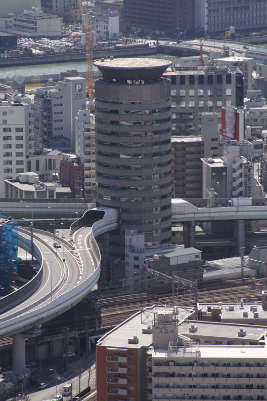 © <a href='https://commons.wikimedia.org/wiki/File:Building_penetrated_by_an_expressway_001_OSAKA_JPN.jpg'>Wikimedia Commons user Ignis</a> licensed under <a href='https://creativecommons.org/licenses/by-sa/3.0/deed.en'>CC NY-SA 3.0</a>