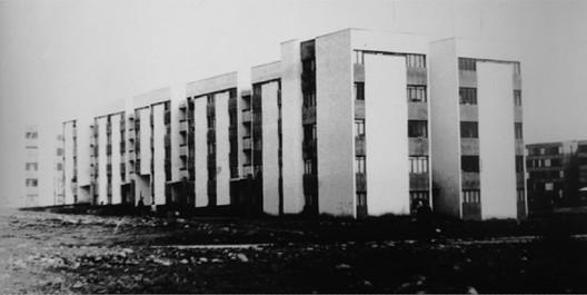 """Inauguración de Blocks de la Villa San Luis, 1972. Imagen por Lawner, M. Edidicio 5 pisos sector 6. (1971). En: Chiara, Maria. """"Villa San Luis de Las Condes: Lugar de Memoria y Olvido."""" Revista De Arquitectura, 18. P 35."""
