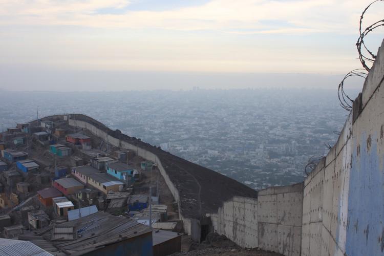 Al otro lado del muro de la vergüenza / Lima, Perú, © Orestis Karagiannis