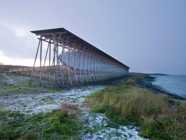 """""""Diálogos Tropi Nórdicos"""", uma viagem pela construção da paisagem escandinava, Memorial Steilneset / Peter Zumthor. Imagem © Andrew Meredith"""