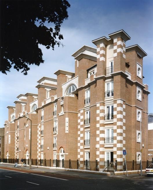 Mercers' House, Essex Road, Highbury, London, by John Melvin (1992), photographed by Martin Charles. Image © John Melvin