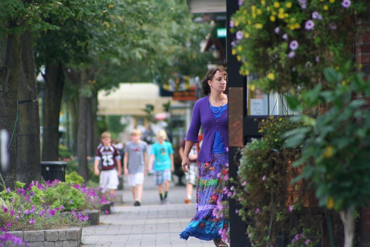 Pessoas tendem a ser mais felizes e saudáveis em bairros caminháveis, Boas condições de caminhabilidade contribuem para a saúde e o bem-estar das pessoas. Foto: Michigan Municipal League/Flickr-CC. Image Cortesia de The CityFix Brasil