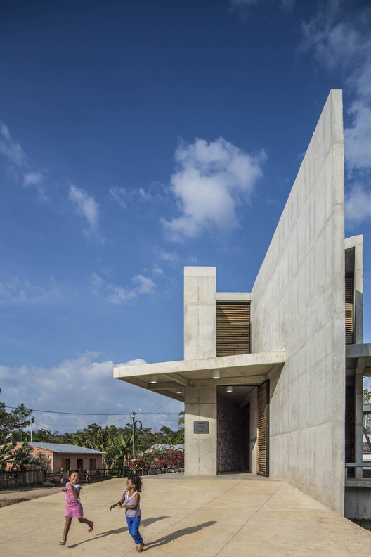 """Casa de la memoria y espacio comunitario """"Remanso de Paz"""" / Taller Sintesis + Angélica Gaviria. Image © Alejandro Arango"""