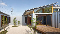 House with Gardens and Roofs / ARII IRIE ARCHITECTS