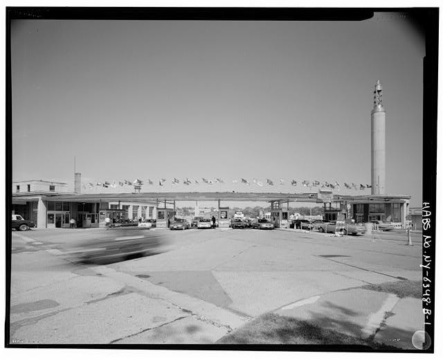 Toll plaza at Niagara Falls' Rainbow Bridge. Image <a href='http://www.loc.gov/pictures/item/ny1747.photos.350977p/'>via Library of Congress</a>