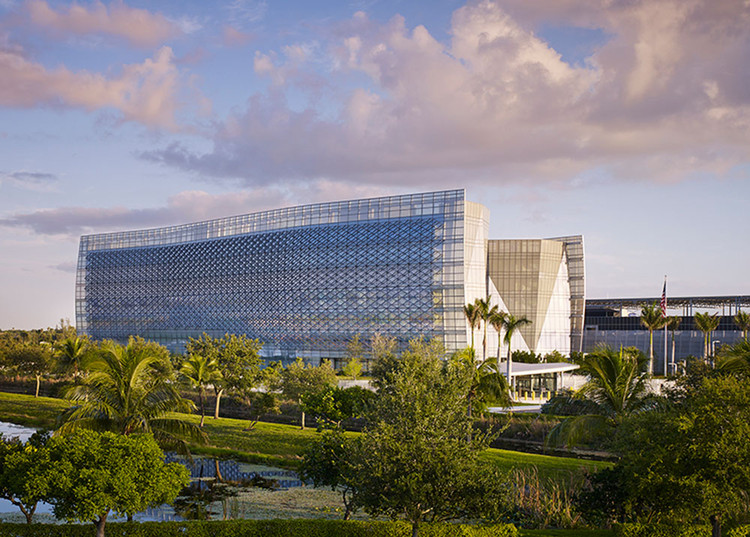 BENJAMIN P. GROGAN AND JERRY L. DOVE FEDERAL BUILDING; Miramar, Florida / Krueck + Sexton Architects. Image Courtesy of The American Architecture Awards