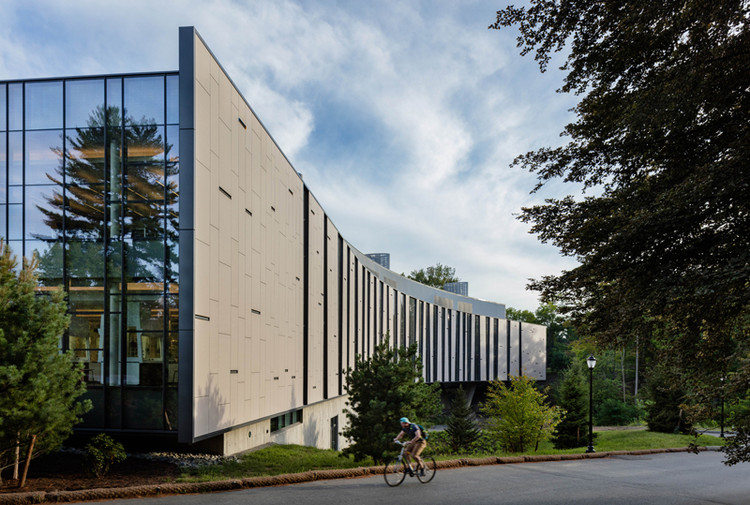 BRIDGE FOR LABORATORY SCIENCES VASSAR COLLEGE INTEGRATED SCIENCE COMMONS; Poughkeepsie, New York / Ennead Architects. Image Courtesy of The American Architecture Awards