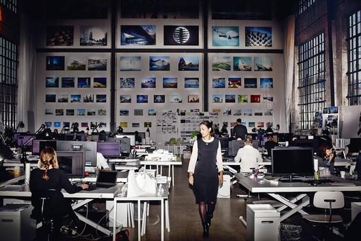 8 Lições sobre como ser bem sucedido em seu escritório (segundo a mente administrativa por trás do BIG), CEO and Partner Sheela Maini Søgaard in the studio at BIG. Image © Magnus Møller