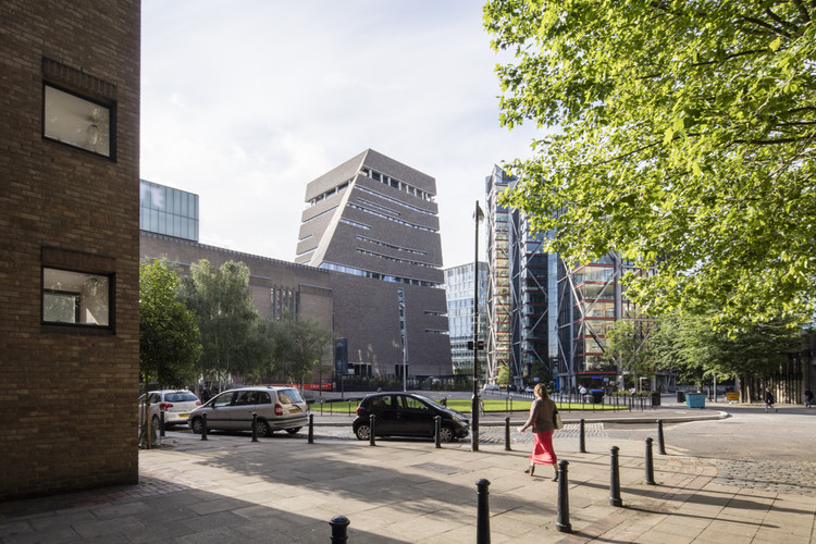 Tate Modern Switch House (left) and Rogers Stirk Harbour + Partner's Neo Bankside (right). Image © Laurian Ghinitoiu