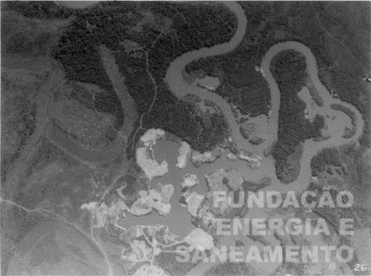 . Rio Pinheiros na altura do Butantã, mostrando poços de areia (descobertos) para a exploração de areia.. Image © Acervo da Fundação de Energia e Saneamento.