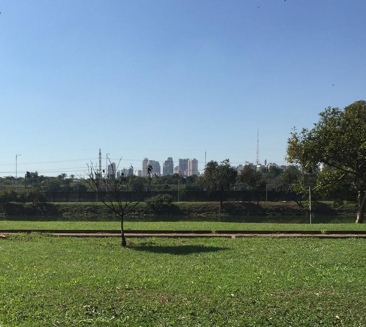 Gramado às margens da raia olímpica, área de uso controlado, cercada por alambrado. Image © Eloísa Balieiro Ikeda