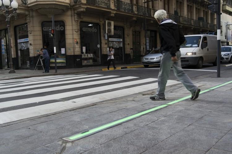 Semáforo horizontal de LED busca tornar as ruas de Rosário mais seguras para pedestres, © Juan Pablo Allegue. Cortesia da Secretaria do Ambiente e Espaço Público e a Entidade para a Mobilidade da Prefeitura de Rosário