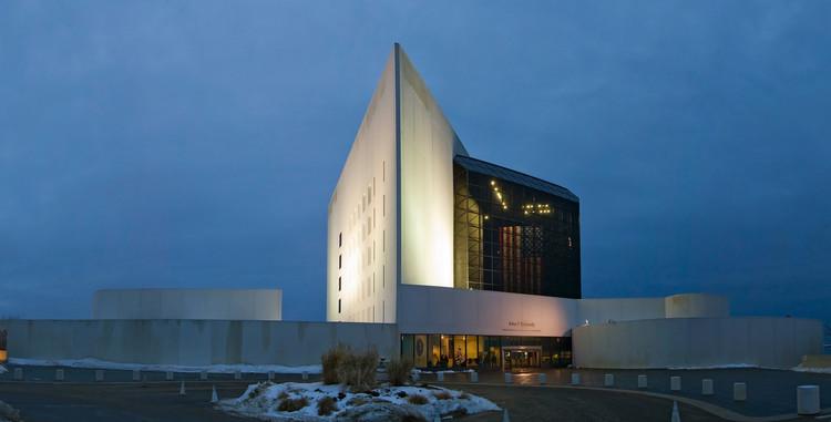 Biblioteca John F. Kennedy (1979) / Estados Unidos. Image © MickStephenson [Wikipedia], bajo licencia CC BY-SA 3.0
