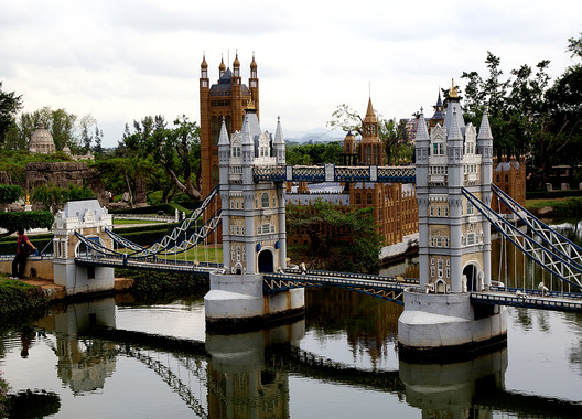 A replica Tower Bridge at the Window of the World Theme Park, Shenzhen, China © Flickr user volvob12b. Licensed under CC0 1.0