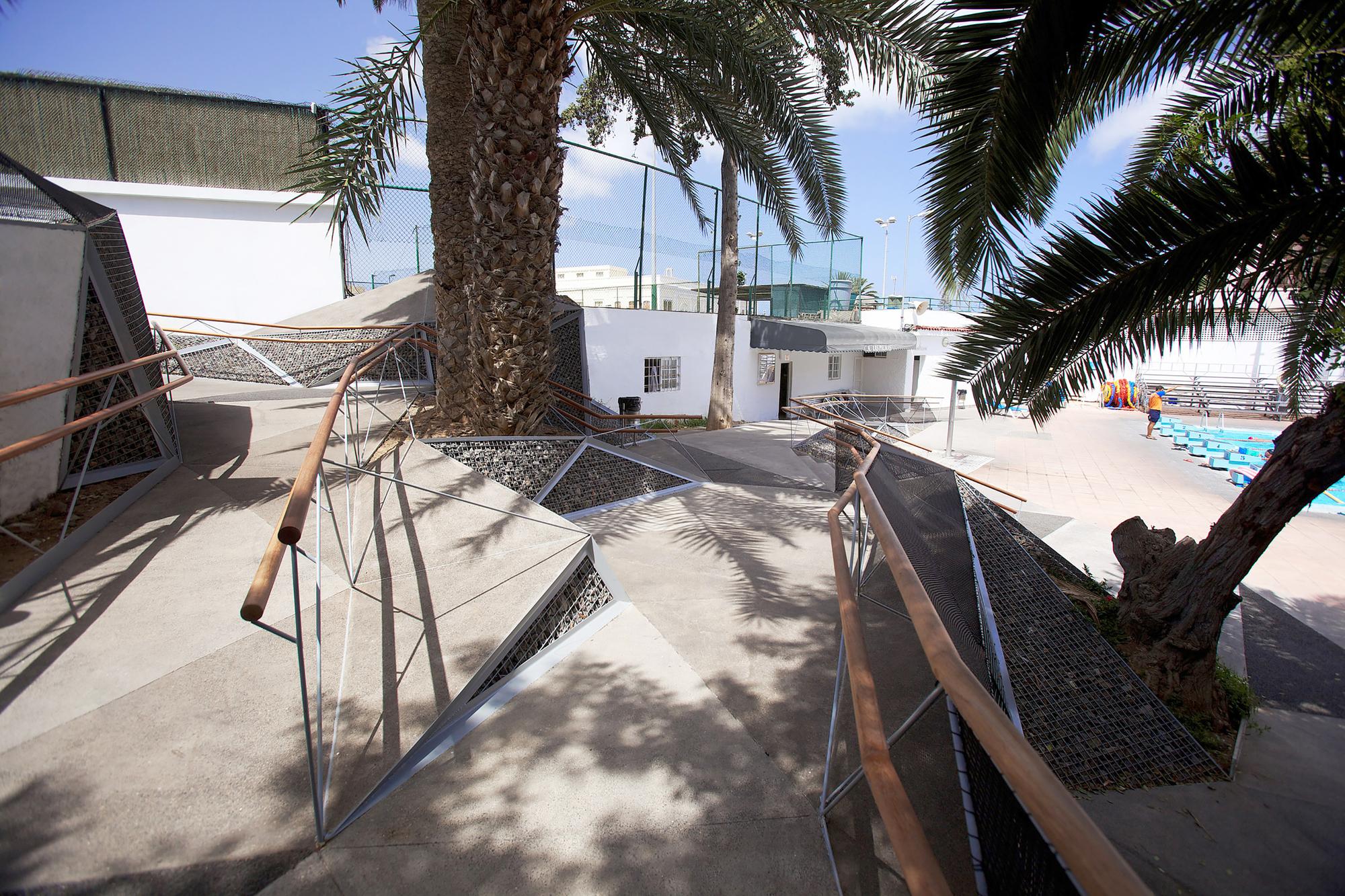 Construcci n triangular genera una escalera y rampa que for Piscina julio navarro