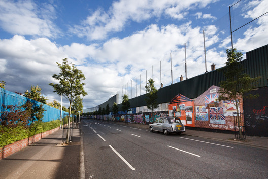 The oldest Peace Wall in Europe divides the Republican Falls Road and Unionist Shankill Road © Flickr user nicokaiser. Licensed under CC BY 2.0