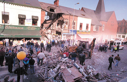Aftermath of the 1993 Shankill Road Bombing in Belfast © User: Pacemaker Press / Wikimedia Commons / CC BY-SA-4.0