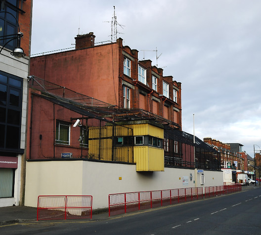 Donegall Pass Police Station in Belfast represented a city under siege © User: Ross / Wikimedia Commons / CC BY-SA-4.0