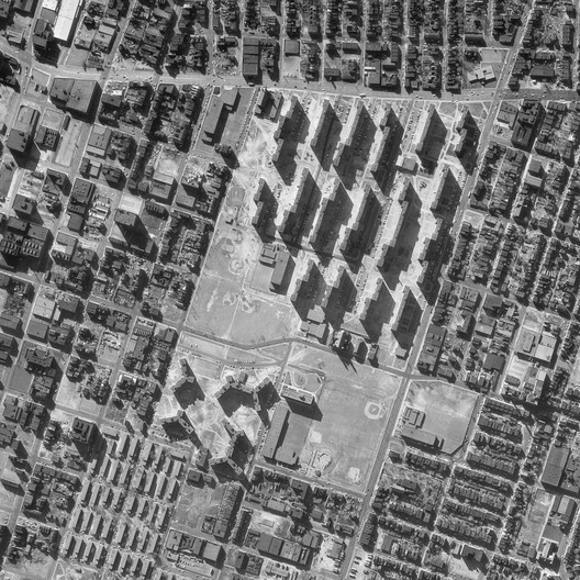 An aerial photo by the US Geological Survey compares the narrow, monolithic blocks of Pruitt-Igoe with the neighboring pre-Modernist buildings of St. Louis. ImageCourtesy of Wikimedia user Junkyardsparkle (Public Domain)