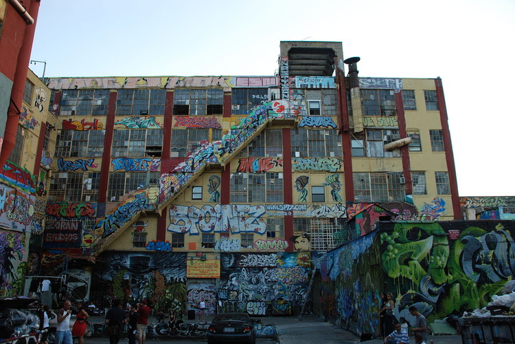 © <a href='https://commons.wikimedia.org/wiki/File:5_Pointz_Building_Rear_View.jpg'>Wikimedia user Vinniebar</a> licensed under <a href='https://creativecommons.org/licenses/by-sa/3.0/deed.en'>CC BY-SA 3.0</a>