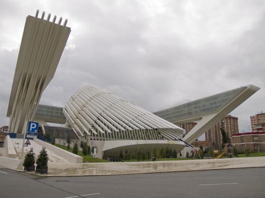 © <a href='https://commons.wikimedia.org/wiki/File:Palacio_de_Congresos_Princesa_Letizia,_Oviedo_(Asturias).jpg'>Wikimedia user Jsmq</a> licensed under <a href='https://creativecommons.org/licenses/by-sa/3.0/deed.en'>CC BY-SA 3.0</a>