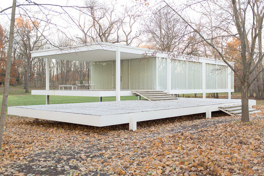 © <a href='https://commons.wikimedia.org/wiki/File:Farnsworth_House_by_Mies_Van_Der_Rohe_-_exterior-8.jpg'>Wikimedia user Victor Grigas</a> licensed under <a href='https://creativecommons.org/licenses/by-sa/3.0/deed.en'>CC BY-SA 3.0</a>