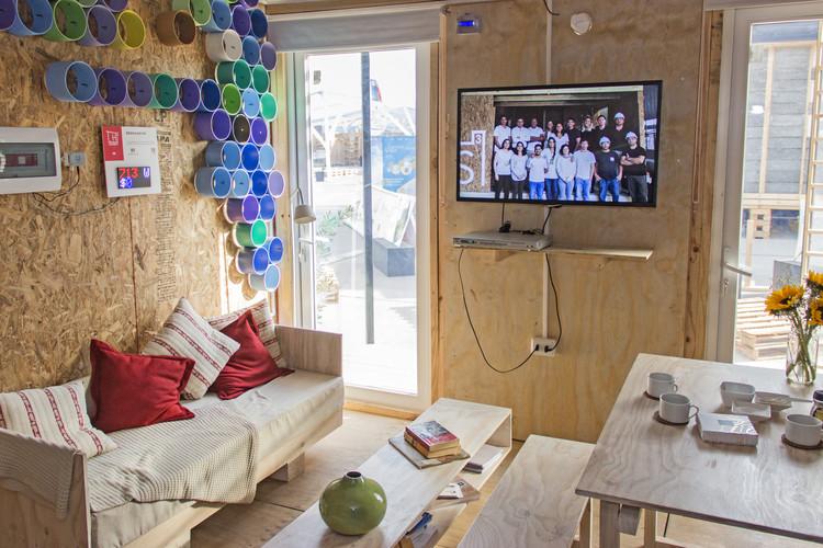 Casa S3: sala de estar de doble altura. Image © Construye Solar