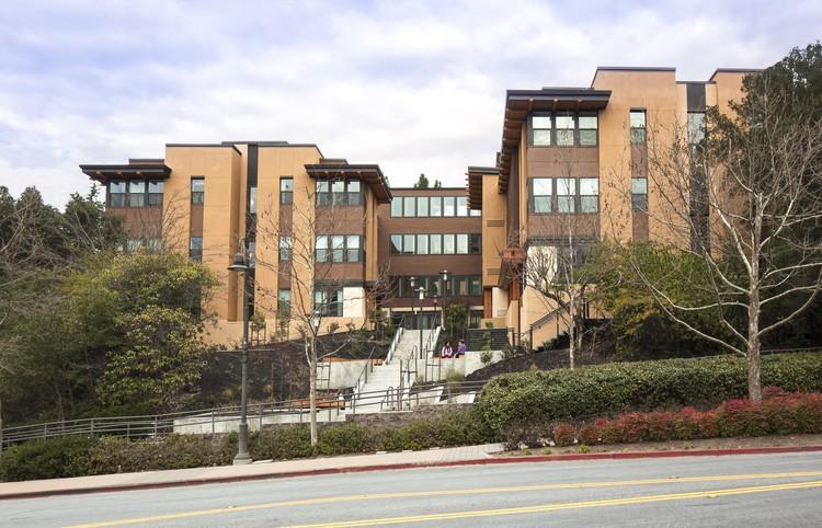 Monteverde Senior Apartments; Hayward, California / Dahlin Group Architecture Planning. Image © Douglas Sterling Photography and Dahlin Group Architectural Planning
