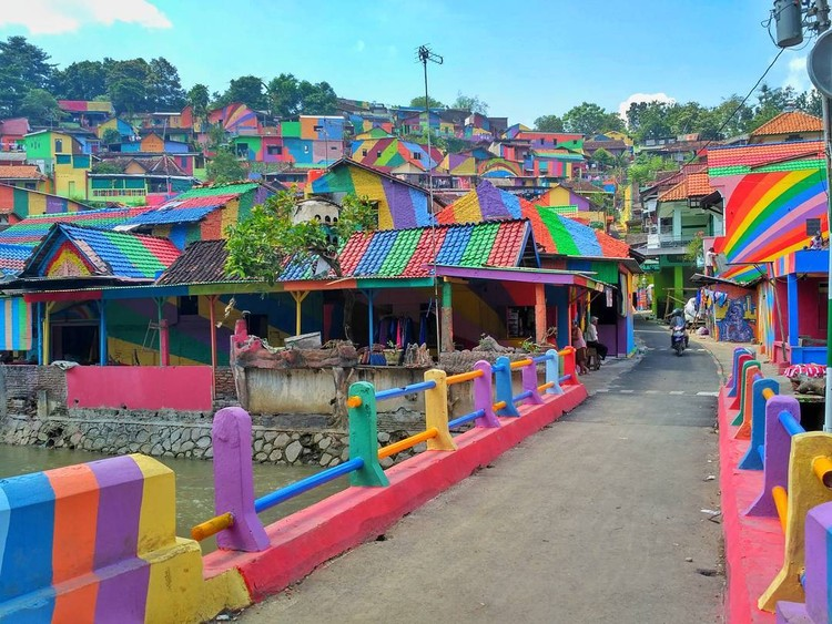 Indonesian Village Receives Technicolor Makeover with Just $22,000 of Paint, Image by Instagram user arieprakhman