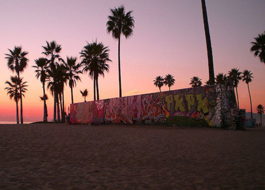 Venice Beach Art Walls. Image © <a href='https://www.flickr.com/photos/4x4jeepchick/331475998'>Flickr user 4x4jeepchick</a> licensed under <a href='https://creativecommons.org/licenses/by/2.0/'>CC BY 2.0</a>