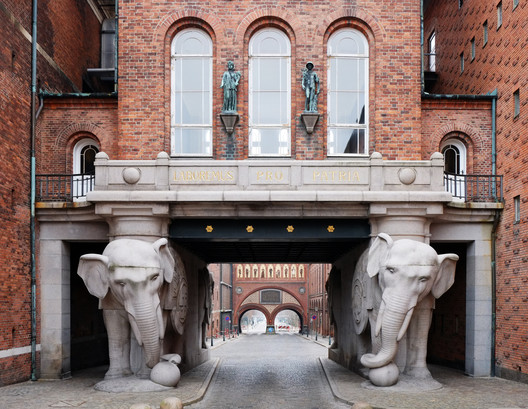 The Elephant Gate. Image © Flickr user zlakfoto. Licensed under CC BY-SA 2.0