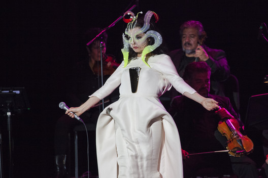 Bjork in concert in México. Image © A.maldon [Wikipedia], liscenced  CC BY-SA 4.0