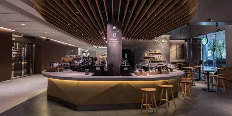 "TheArkHills,TokyobranchofStarbuckswasremodeledinMay2016.Itincludesahorseshoe-shapedExperienceBaraimedtoprovide""a'thirdplace'forindividualswithrefinedtastes."". Image Courtesy of Starbucks Japan"