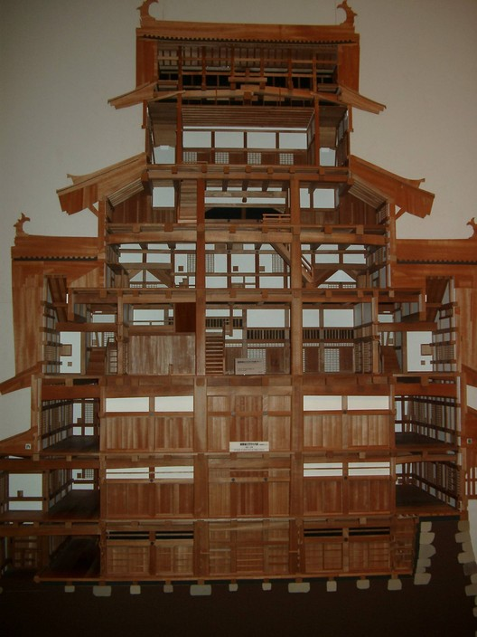 A cutaway model of the main keep reveals not only the pair of structural columns that run the full height of the building, but the network of living quarters and defensive galleries that make up the tower. ImageCourtesy of Wikimedia user Corpse Reviver (licensed under CC BY-SA 3.0)
