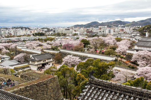 From the towers of the Hommaru, one can see the Hishi Gate and, further out, the trees and lawns of the Nishi-no-Maru. ImageCourtesy of Wikimedia user Oren Rozen (licensed under CC BY-SA 4.0)