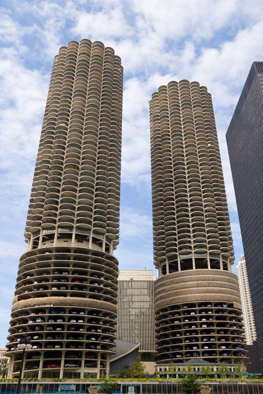 © <a href='https://commons.wikimedia.org/wiki/File:Marina_City--Chicago_Illinois_Aug_2006.jpg'>Wikimedia user Ashley Crum</a> licensed under <a href='https://creativecommons.org/licenses/by-sa/3.0/deed.en'>CC BY-SA 3.0</a>