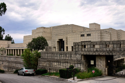 © Wikimedia user Mike Dillon licensed under CC BY-SA 3.0. Image Ennis House