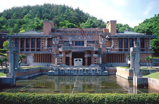 © en:user:Fg2 (Own work) [Public domain], via Wikimedia Commons. Image Hotel Imperial