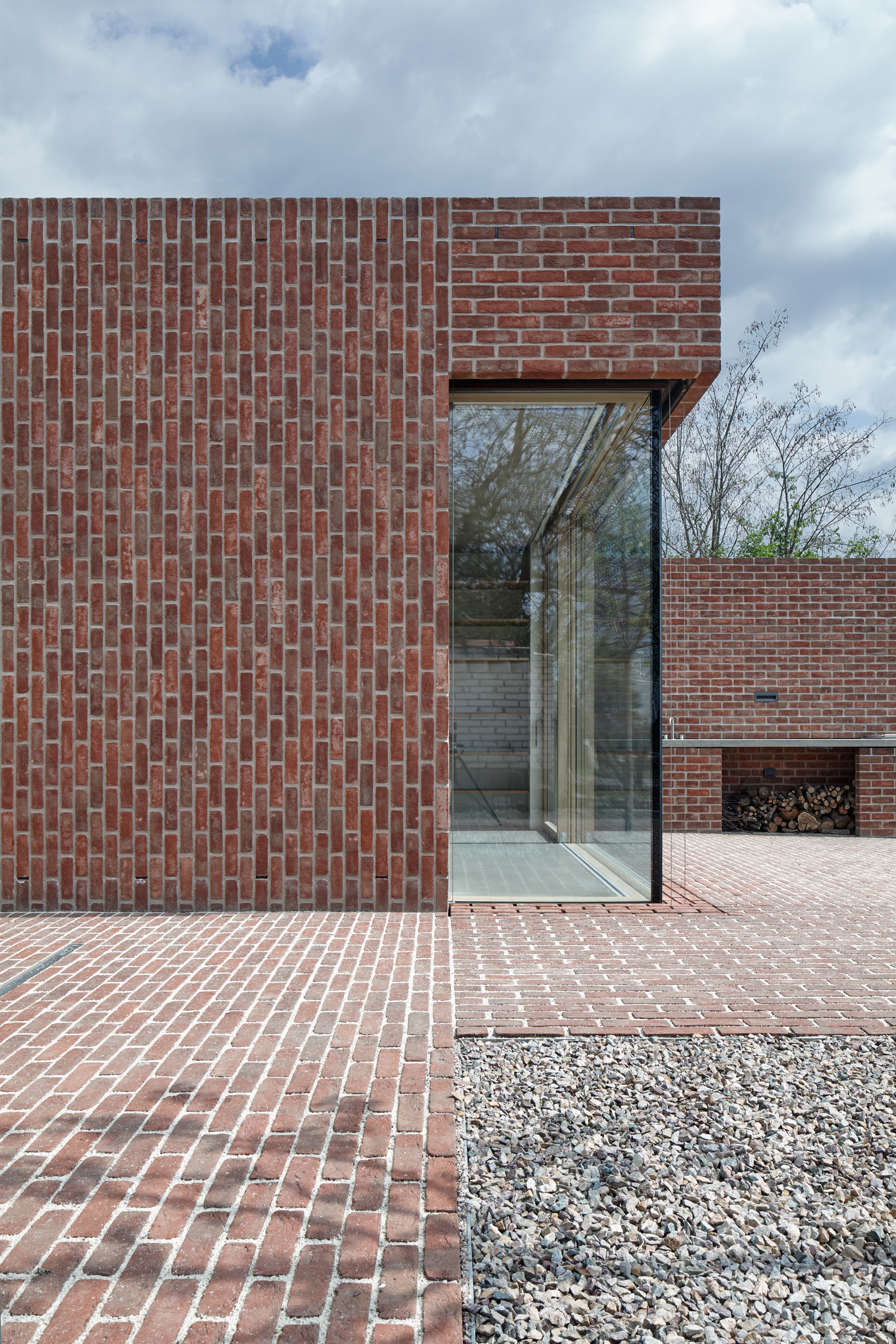 Brick house in brick garden jan proksa archdaily for Brick facade house