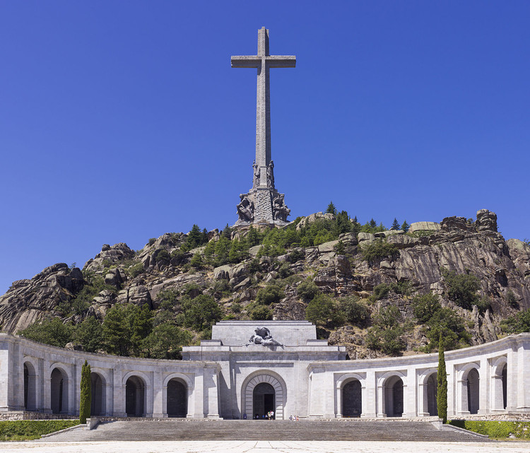 Valle de los Caídos in Spain. Image © <a href='https://en.wikipedia.org/wiki/File:SPA-2014-San_Lorenzo_de_El_Escorial-Valley_of_the_Fallen_(Valle_de_los_Ca%C3%ADdos).jpg'>Wikimedia user Godot13</a> licensed under <a href='http://https://creativecommons.org/licenses/by-sa/4.0/deed.en'>CC BY-SA 4.0</a>